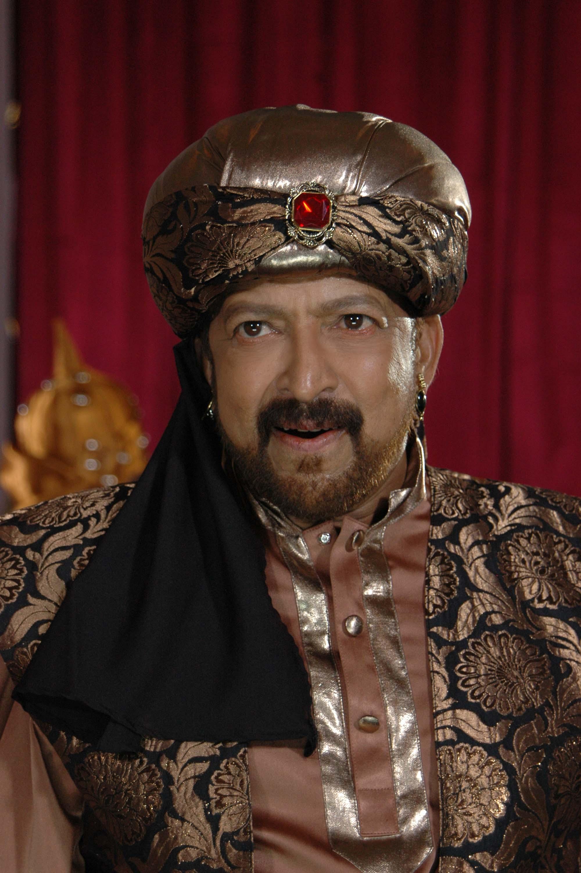 Aptharakshaka - ReviewVishnuvardhan Kannada Actor With Lion